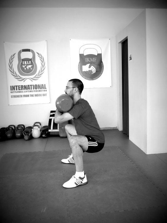 Βασικές ασκήσεις με kettlebell - Squat 2